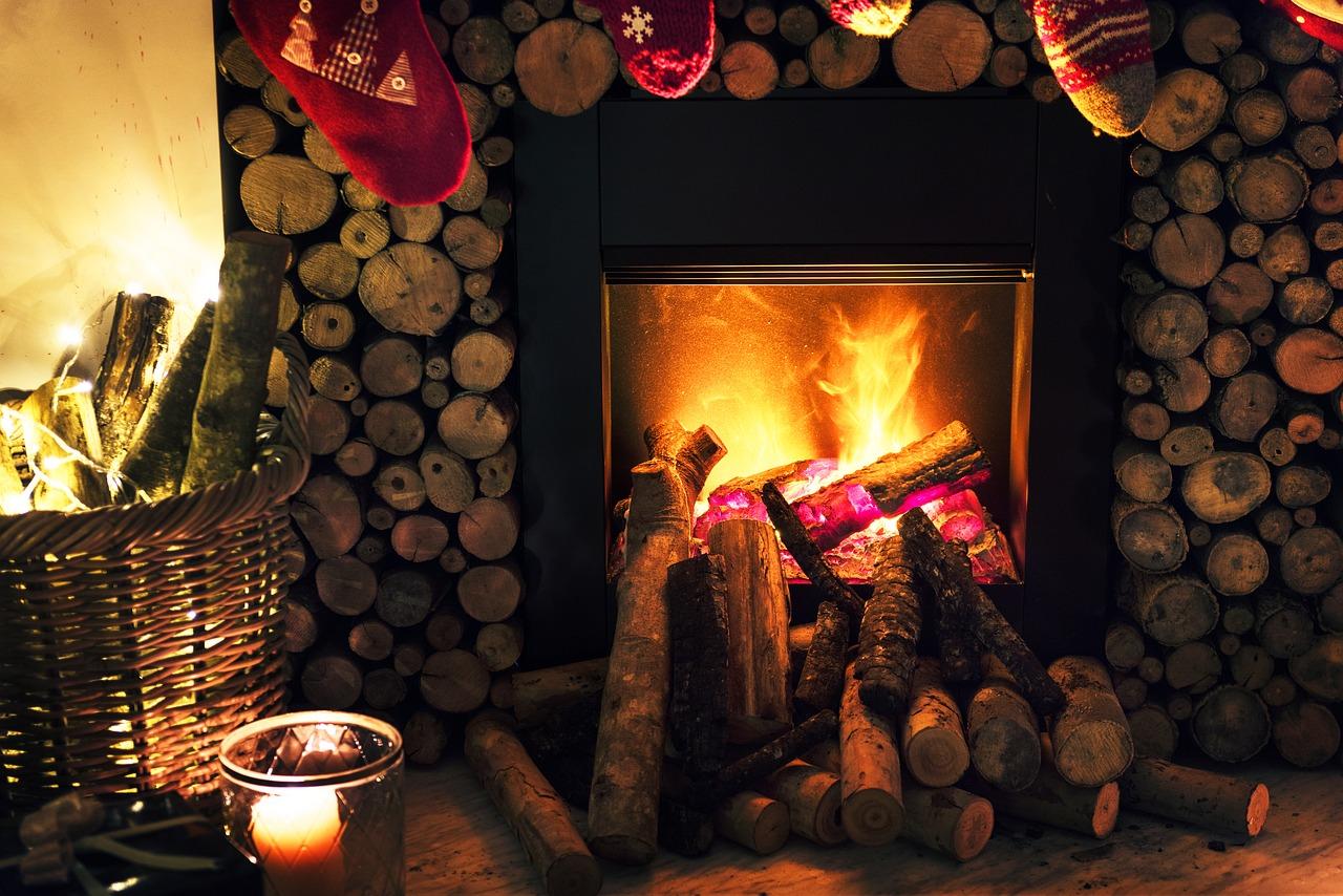 Meditation am Feuer eines Kamins